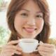 ダイエットに使えるお茶を飲む女性