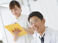 診察をする医師と看護師
