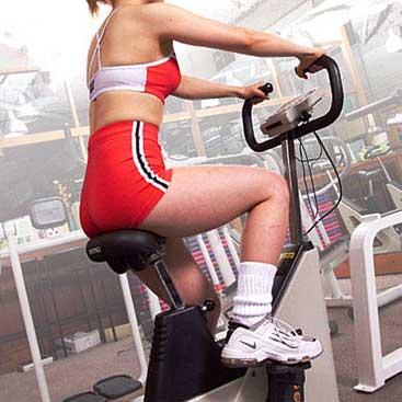 バイクを漕ぐ女性
