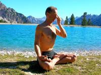 ヨガで瞑想する男性