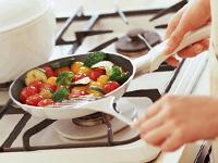 野菜をフライパンで炒めている