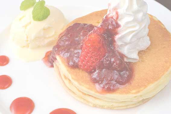 コレステロールを多く含むクリームたっぷりパンケーキ