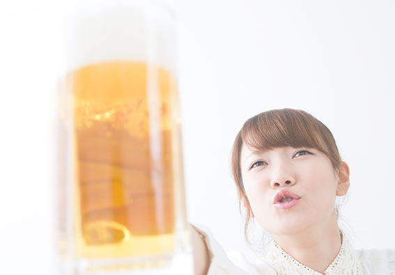 ビールを飲みまくる女性