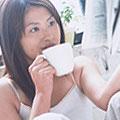 ココアを飲む女性
