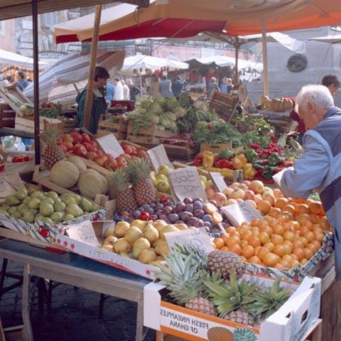 市場でアボカドを選ぶイメージ