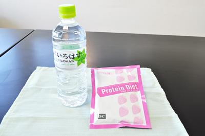 ペットボトル水とDHCプロティン(いちごミルク味)