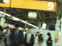 駅で歩く沢山の人