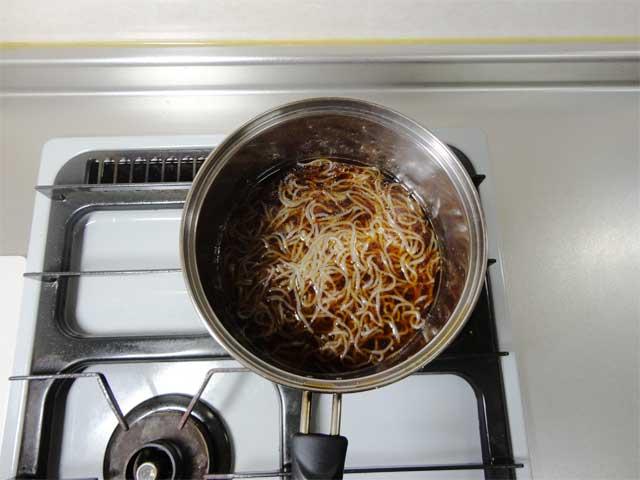 しらたきとラーメンスープが入った鍋