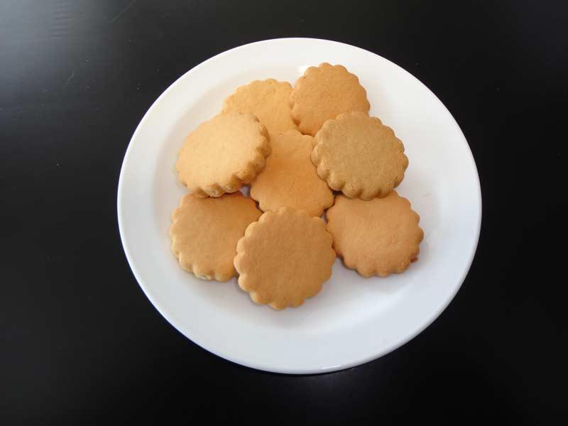 クッキーが盛られた皿
