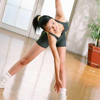 エアロビで体を動かす女性